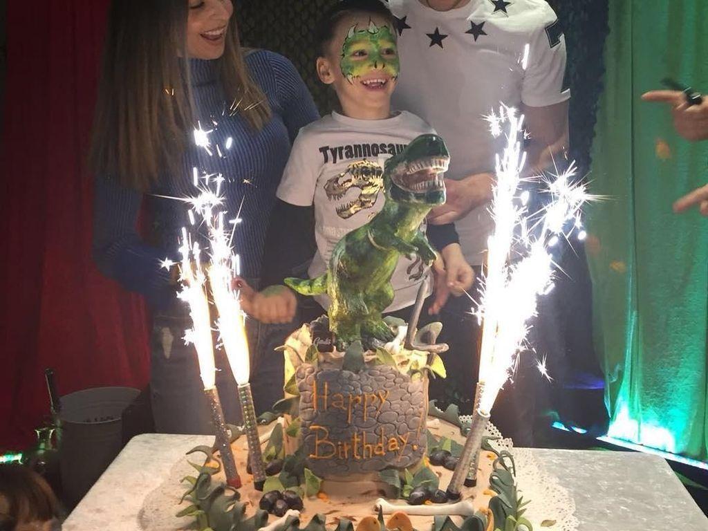 Momen ini diambil saat Kalinic merayakan ulang tahun puranya. Teman ulang tahunnya ini zaman purba. Kuenya berbentuk baru dengan seekor dinosaurus di atasnya. Foto: instagram @nikolakalinic