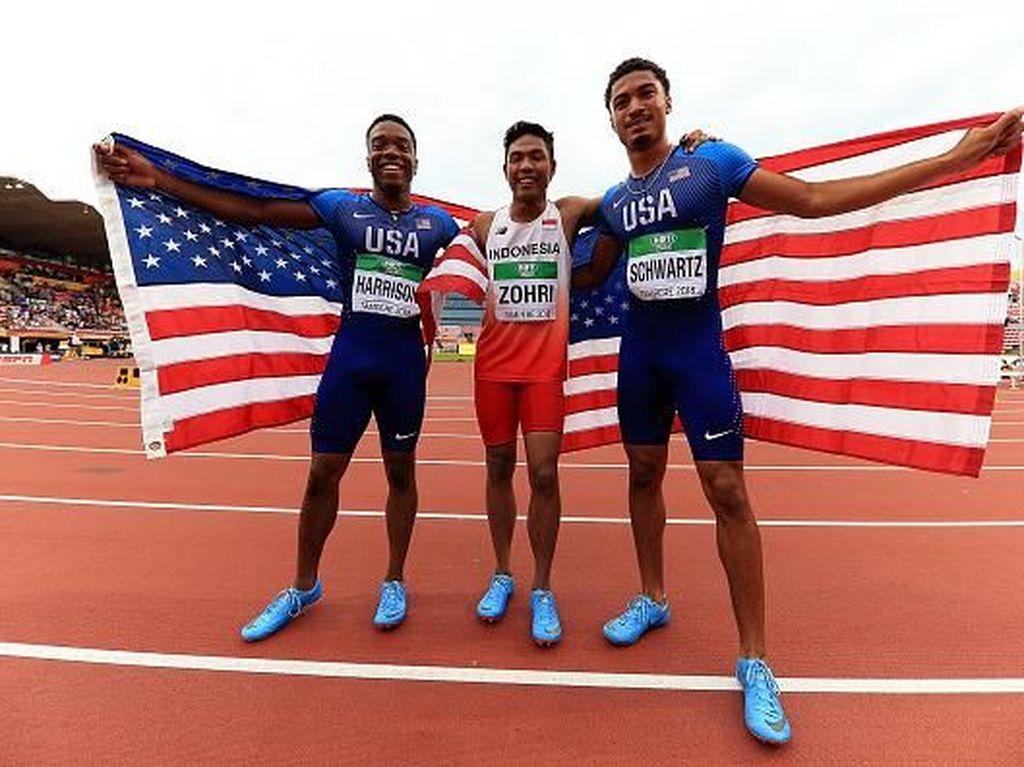 Lalu Muhammad Zohri berfoto bersama kedua pelari asal Amerika Serikat usai berhasil meraih emas dalam lomba lari nomor 100 meter di IAAF World U20 Championship, Finlandia. Istimewa/Stephen Pond/Getty Images.