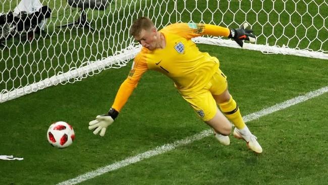 Kiper Jordan Pickford sudah kebobolan lima gol dalam enam pertandingan di Piala Dunia 2018. Melawan Kroasia merupakan laga saat Pickford paling banyak kebobolan. (REUTERS/Christian Hartmann)
