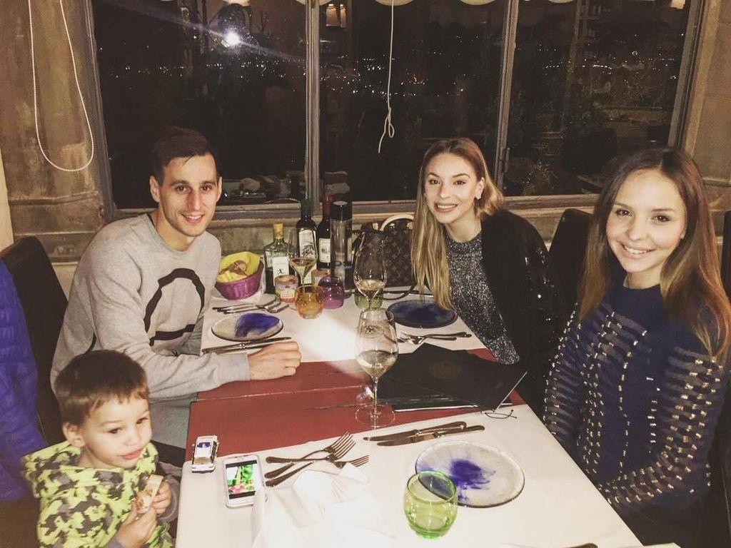Bersama istri dan kerabatnya, Kalinic sudah siap menyantap makan malam. Pose dulu sebelum makan nih. Foto: instagram @nikolakalinic