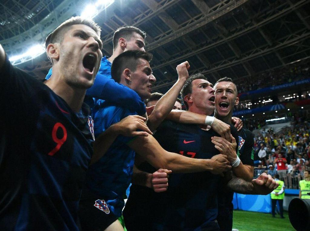 Pemain Kroasia pun kegirangan merayakan gol Mandzukic sebab situasi berbalik, dari yang tertinggal menjadi unggul. Laga sendiri kurang dari 10 menit lagi bakal tuntas saat itu. (Foto: Dan Mullan/Getty Images)