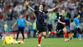 Sime Vrsaljko, pemberi assist untuk gol yang dicetak Ivan Pericis merayakan kemenangan timnya atas Inggris.(REUTERS/Darren Staples)