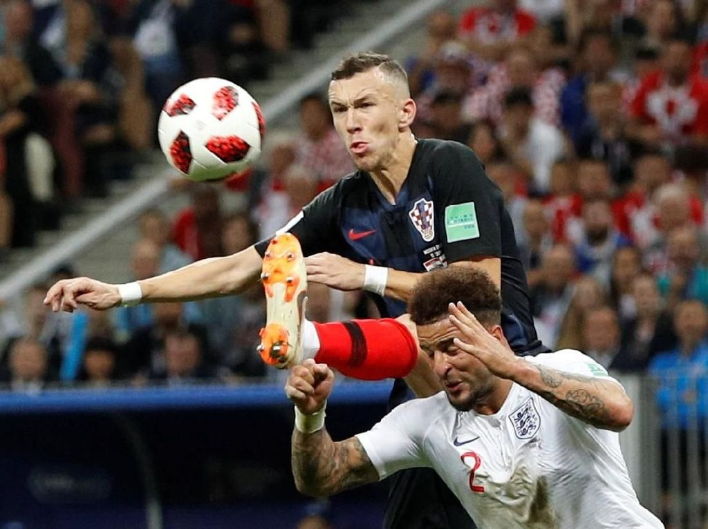 Menyambut umpan silang Sime Vrsaljko dari sisi kanan, Perisic menyontek masuk bola dengan kaki kirinya meski mendapat pengawalan ketat Kyle Walker. (Foto: Reuters)