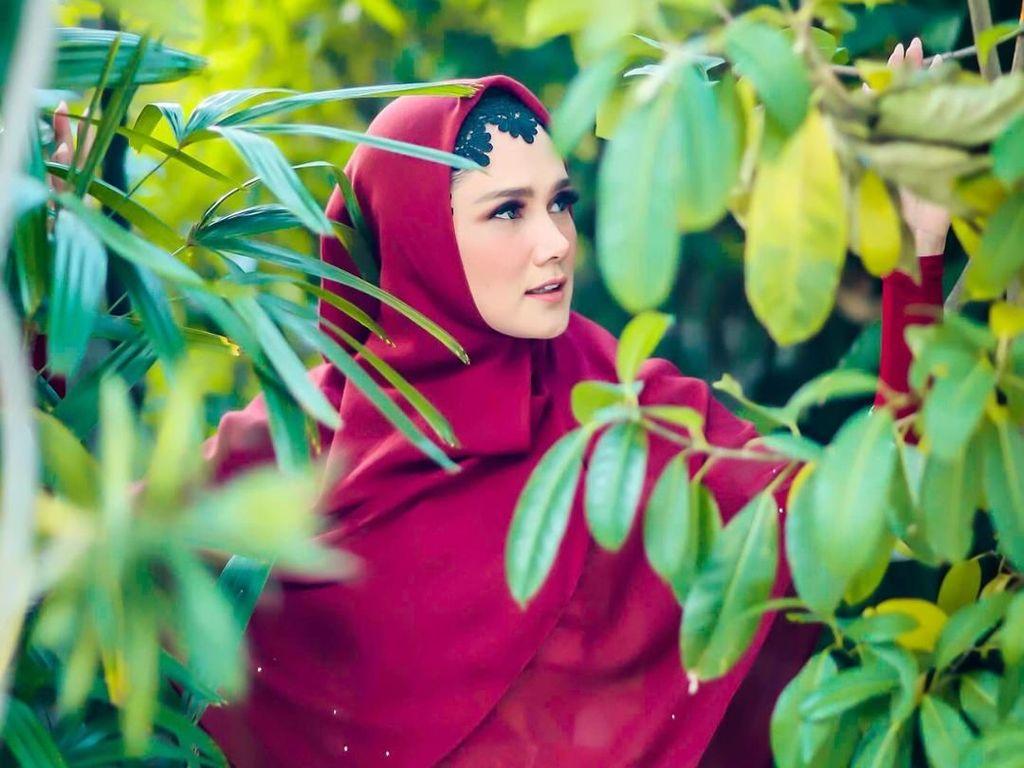 Foto: Gaya Hijab Mulan Jameela Pakai Ciput Mirip Paes, Yay or Nay?