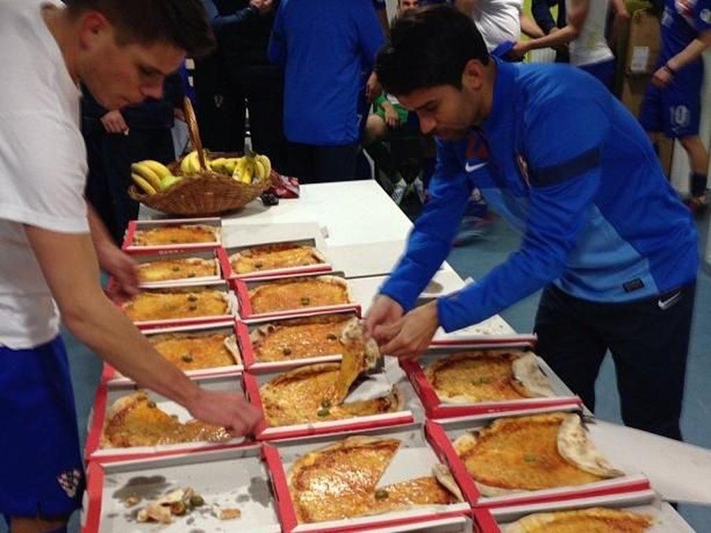 Usai bertanding, Kalinic dan teman satu timnya terlihat disuguhi pizza. Selain pizza yang banyak, ada juga sekeranjang pisang segar. Yummy! Foto: instagram @nikolakalinic