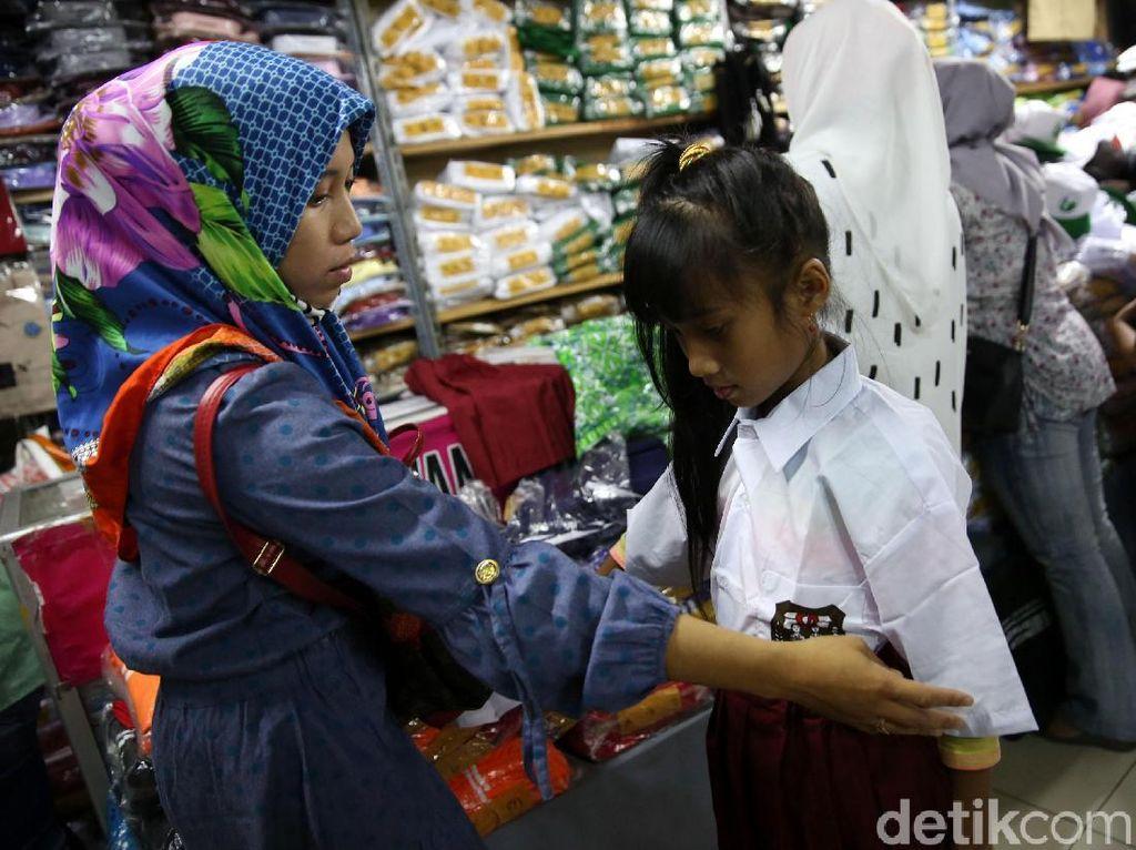Warga berbelanja seragam sekolah di salah satu kios di Pasar Mayestik, Jakarta Selatan.