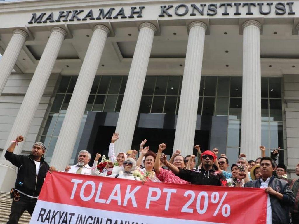 Sementara itu, sebelum kedatangan RR, ada ratusan pendemo yang menggelar aksi protes di depan gedung MK. Pool/dok. RR.