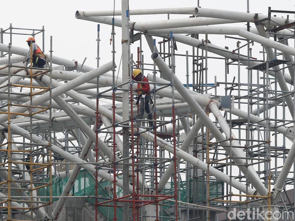 Para pekerja menyelesaikan kontruksi Stasiun LRT, Velodrome, Jakarta Timur, Kamis (12/7/2018).