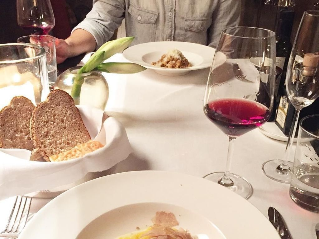 Makan malam romantis, Kezia memilih hidangan pasta dengan irisan jamur truffle ditemani segelas wine dan roti. Foto: Instagram @keziatoemion