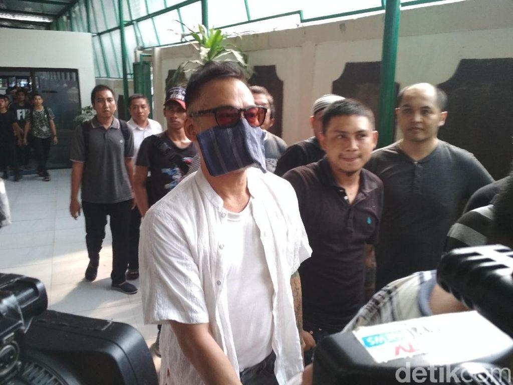 Rupanya saat ditanyai pada awak media, Tio Pakusadewo mengaku sedang tidak vit. Foto: Hanif Hawari/detikHOT