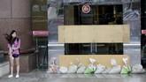 Gelombang yang dibawa Topan Maria kemudian menyapu infrastruktur di pinggiran laut Kota Sansha, di mana toko-toko sudah ditutup karena cuaca ekstrem. (Reuters/Eason Lam)