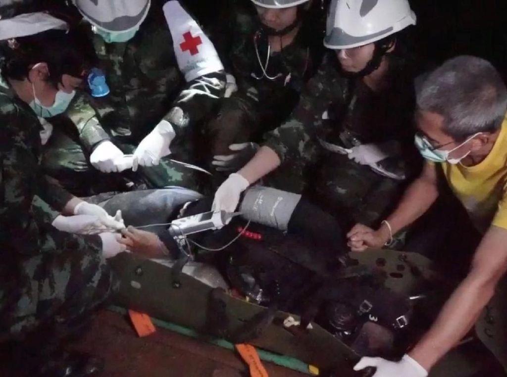 Remaja-remaja itu dibungkus di sejumlah tandu saat mereka dipindahkan. Kemudian para dokter yang siaga di sepanjang rute evakuasi terus memantau kondisi kesehatan remaja-remaja itu secara berkala. Foto: THAI NAVY SEAL/via REUTERS