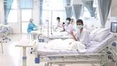 Sejumlah remaja yang berhasil diselamatkan dari Gua Tham Luang, Chiang Rai, Thailand melambaikan tangannya di Rumah Sakit Chiang Rai Prachanukroh, Rabu (11/7).