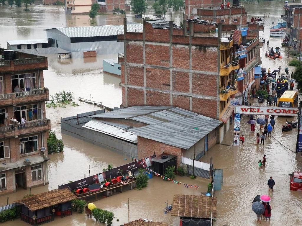 Hujan yang terus mengguyur kota-kota di Nepal mengakibatkan banjir dan tanah longsor di beberapa kota tersebut. Navesh Chitrakar/Reuters.