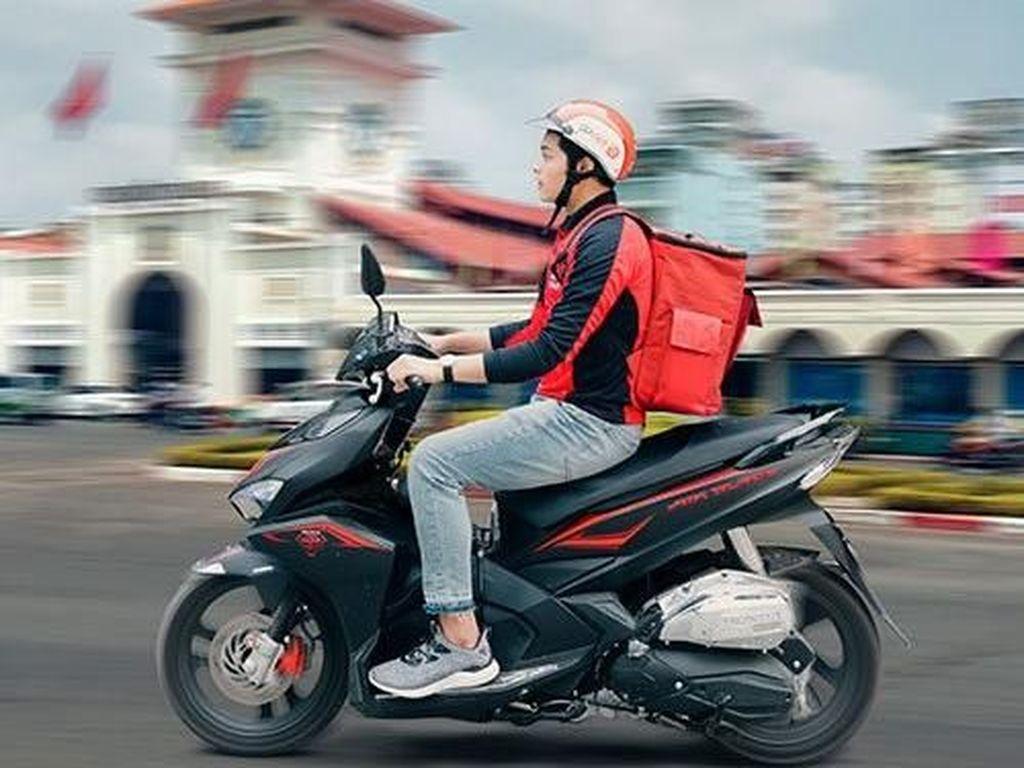Penampakan driver Go-Viet dengan motornya dan tas untuk membawa barang yang akan dikirim. Foto: istimewa