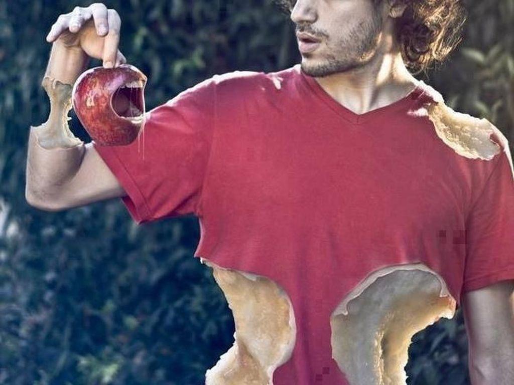 Gantian kini apel gigit manusia. Foto: Martín De Pasquale