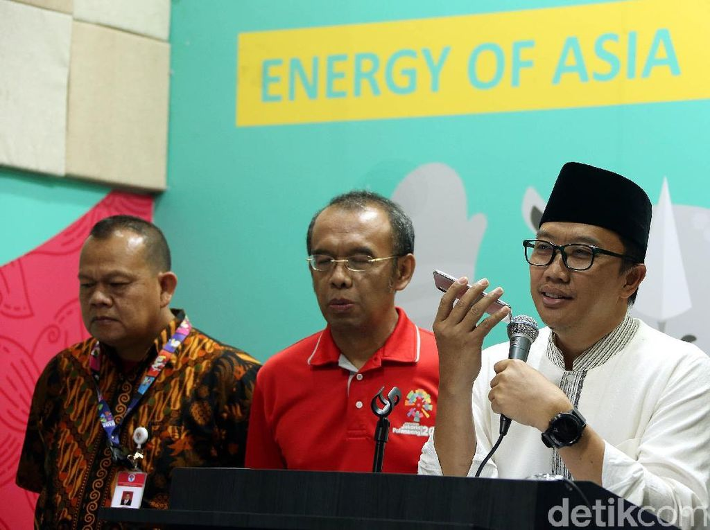 Menpora Imam Nahrawi menelepon Lalu Muhammad Zohri di sela-sela jumpa pers di kantor Kemenpora, Jakarta, Jumat (13/7/2018).