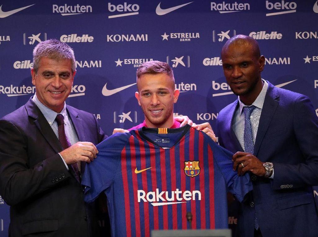 Dan resmilah Arthur menjadi bagian baru Barcelona. Gelandang asal Brasil itu dikontrak selama enam musim ke depan dengan total nilai transfernya mencapai 40 juta euro. (Foto: Albert Gea/Reuters)