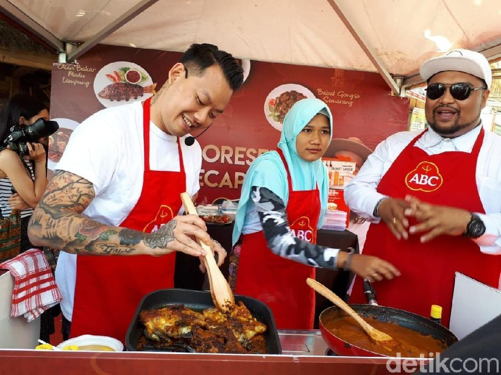 Eksploresep by Kecap ABC diadakan di Desa Sade, Lombok. Ini keseruan Chef Aga Alvian saat mendemokan resep ayam Taliwang pedas manis langsung di hadapan pengunjung. Foto: Andi Annisa / detikFood