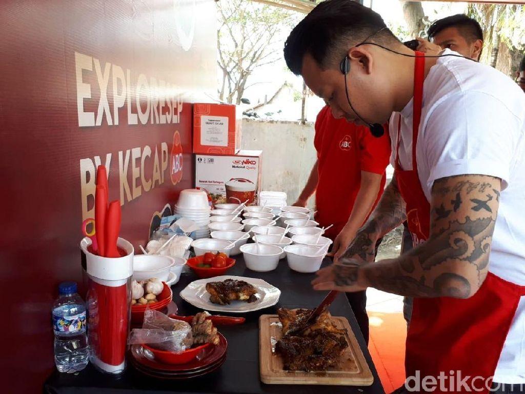 Kalau ini pose Chef Aga saat menyiapkan ayam Taliwang buatannya. Pengunjung berkesempatan mencicip langsung lho! Foto: Andi Annisa / detikFood