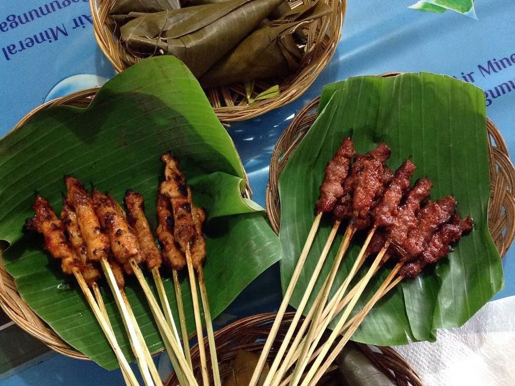 Salah satu netizen pamerkan racikan sate rembiga dengan pelengkap lontong yang dibungkus kerucut khas Lombok, mau coba? Foto: Instagram @ludmilla_vania