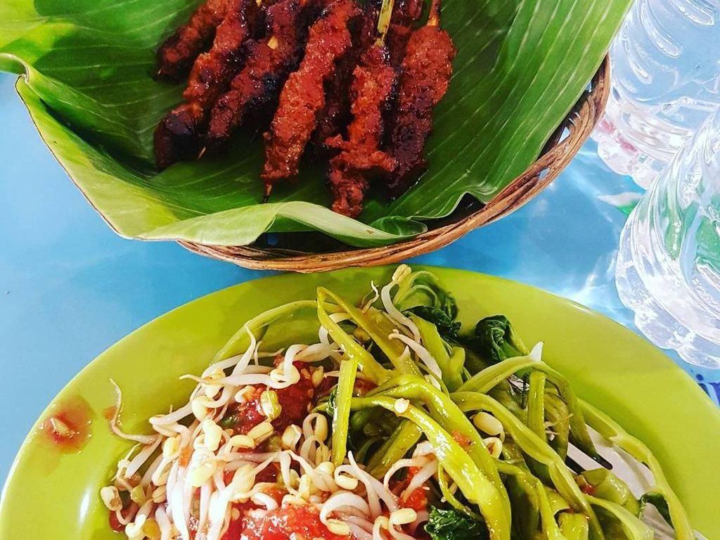 Sate rembiga khas Lombok ini pasti jadi buruan para penyuka pedas. Dilengkapi dengan pelcing kangkung serta baluran sambal mentah, makin enak dimakan pakai nasi. Foto: Instagram @gedeanandabali