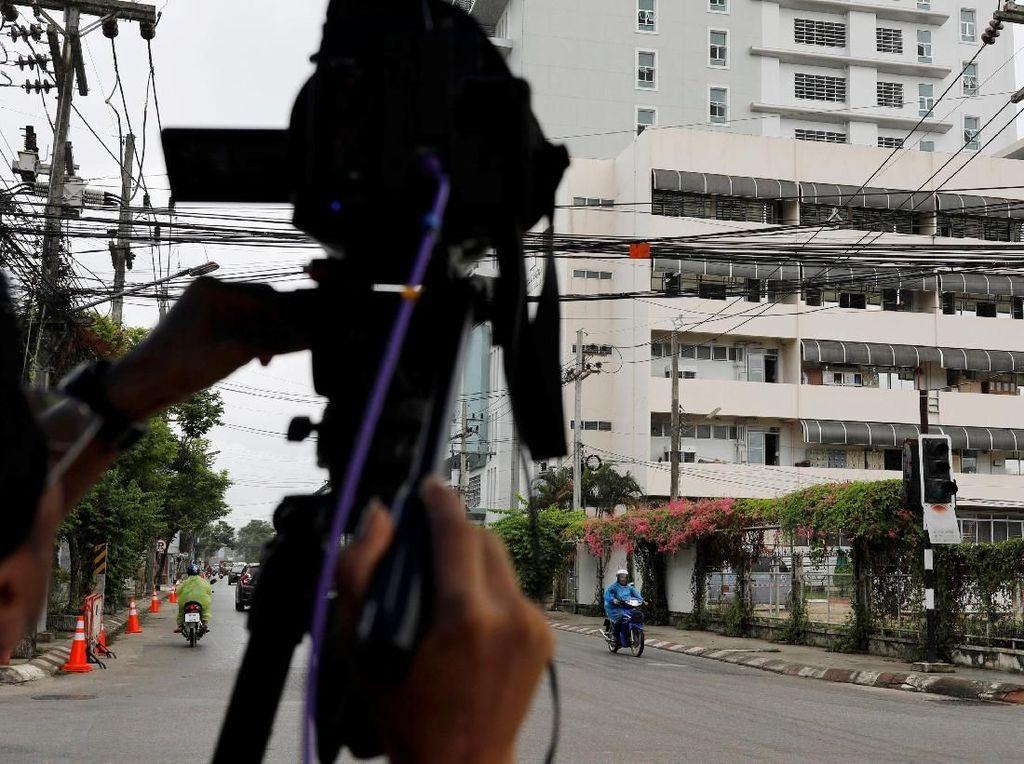 Para wartawan pun hanya bisa mengambil gambar dari luar rumah sakit. REUTERS/Tyrone Siu.