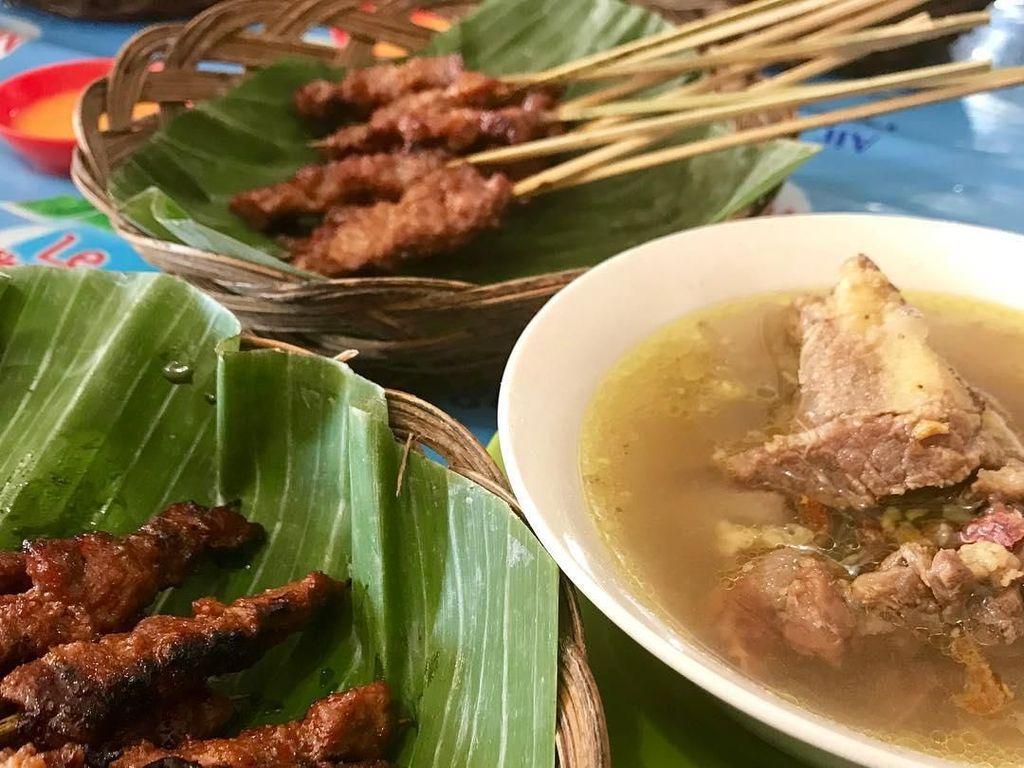 Makan sate rembiga memang paling mantap ditemani dengan bebalung. Sajian ini adalah makanan khas Mataram Lombok yang cocok buat makan siang. Foto: Instagram @aka_zakaria