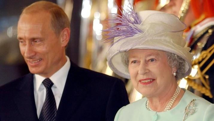 Ratu Elizabeth II muncul memberi pidato ke publik.
