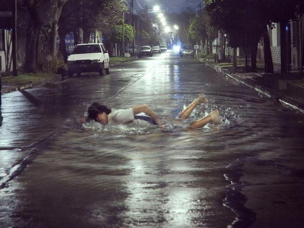 Berenang di aspal. Foto: Martín De Pasquale