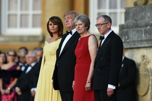 Foto: Tiba di Inggris, Melania Trump Bergaya Mirip Meghan Markle