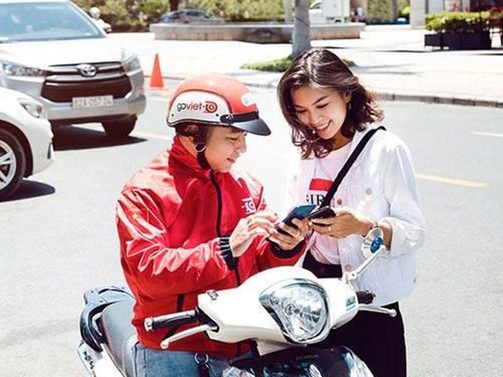 Salah satu foto dari Go-Viet menampakkan driver dengan seksama melayani penumpang yang melakukan pemesanan. Foto: istimewa