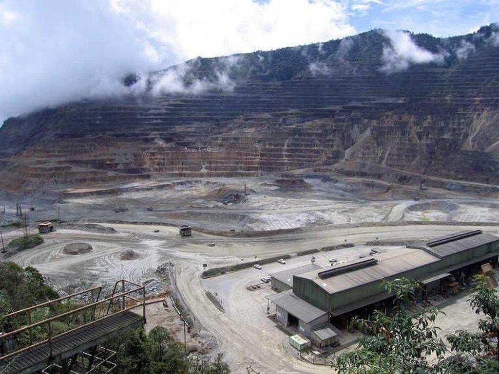 Tambang Lihir, Pulau Niolam, Papua Nugini ini terletak di dalam kawah gunung berapi yang sudah tidak aktif. Sejak 20 tahun lalu, tambang ini sudah memproduksi 10 juta ons emas. Miningglobal.com/Istimewa.