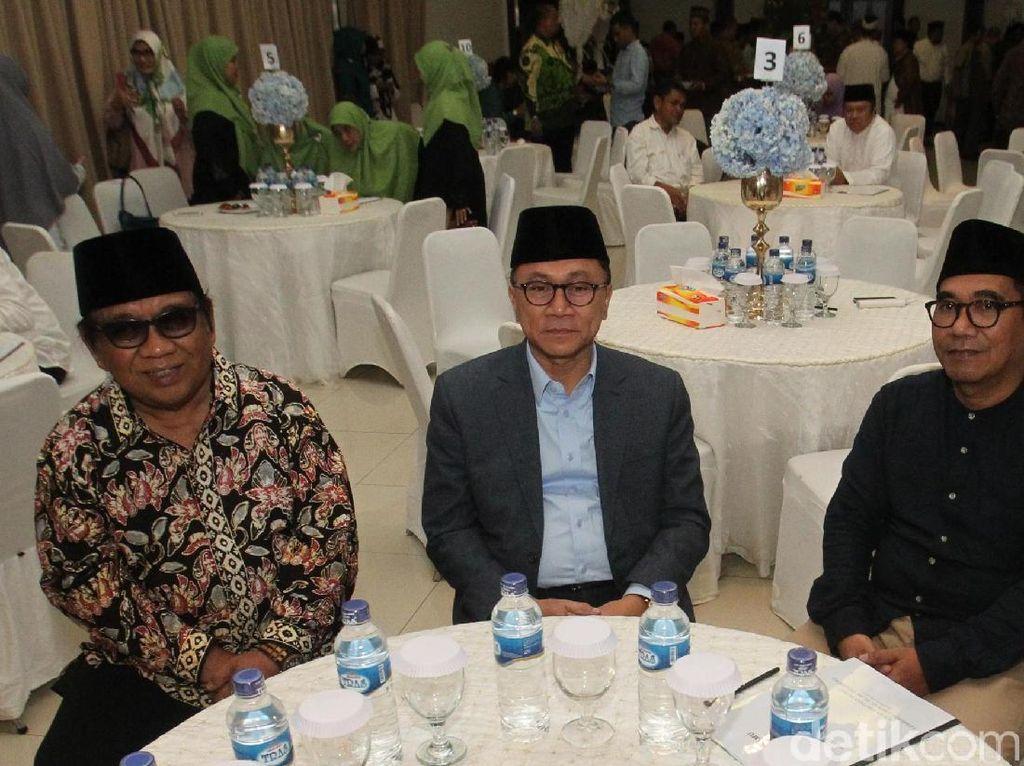 Ketua Umum LDII Abdullah Syam (kiri), Ketua MPR Zulkifli Hasan (dua kiri) dan Anggota DPR Biem Triani Benyamin (dua kanan) berbincang saat menghadiri silaturrahim syawal 1439 H DPP Lembaga Dakwah Islam Indonesia (LDII) di Jakarta. Kamis (12/7/2018). Dok.LDII