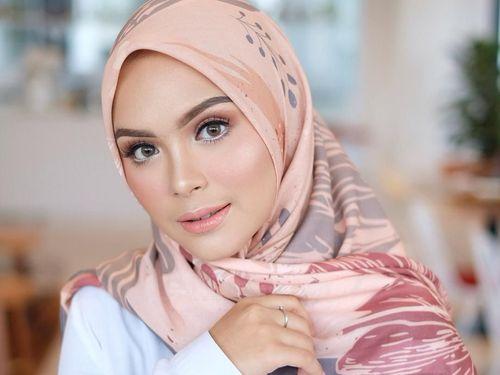 5 Inspirasi Gaya Hijab Segi Empat Ala Artis Cantik Vebby Palwinta 1
