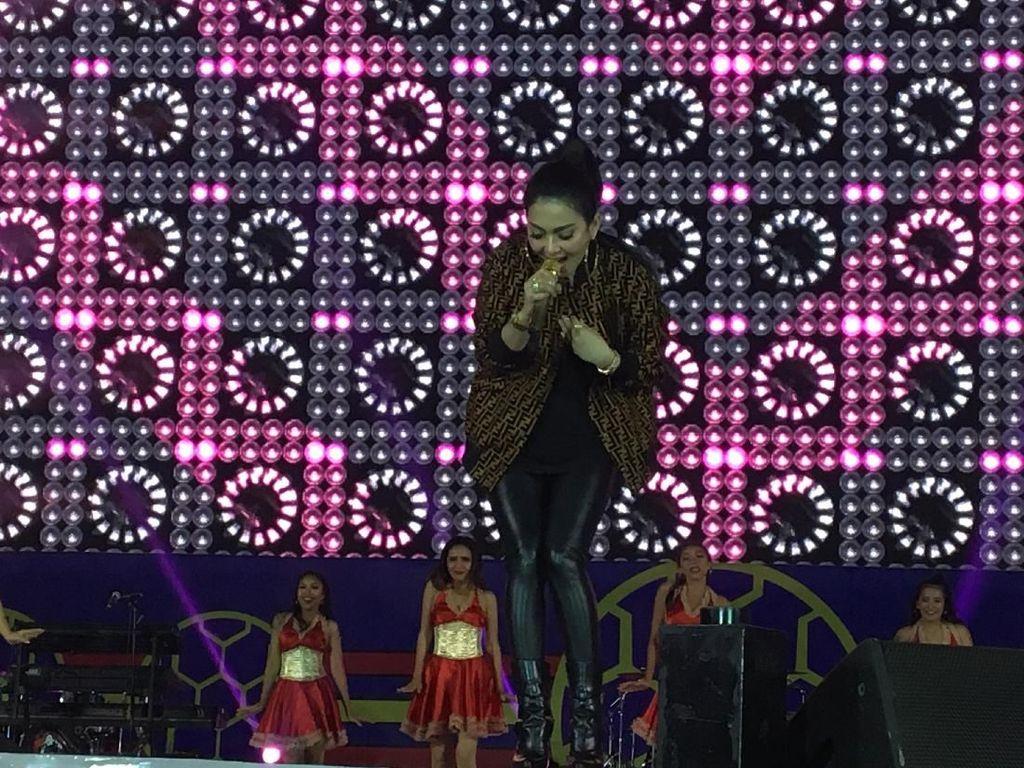 Penampilan Syahrini menjadi salah satu penyanyi yang dinantikan penonton. Foto: (Desi/detikhot)