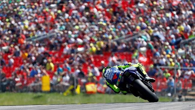 Valentino Rossi yang start dari posisi enam berhasil menyodok ke posisi empat di tikungan pertama balapan MotoGP Jerman. (REUTERS/Fabrizio Bensch)