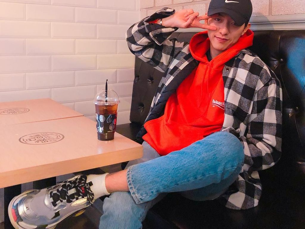 Mengintip Gaya Si Tampan Lee Jung Shin, CNBLUE Saat Minum di Kafe
