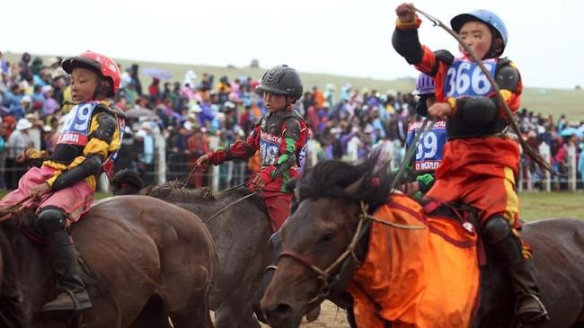 Meski demikian, para joki cilik merasa senang berada di atas kudanya. Para orangtua juga mendukung mereka melakukan kegiatan tersebut.