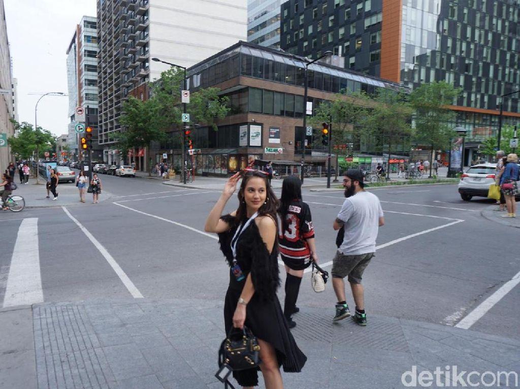 Si Cantik Pevita Pearce Pamer Bahu di Jalanan