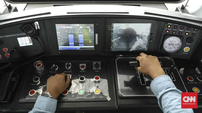 Nantinya, pengoperasian LRT masih menggunakan masinis. Hal ini dilakukan untuk meminimalisasi resiko karena LRT baru pertama kali dioperasikan di Indonesia. (CNN Indonesia/ Hesti Rika)