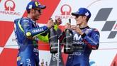 Valentino Rossi dan Maverick Vinales merayakan podium di MotoGP Jerman. Ini adalah kali pertama dua pebalap Movistar Yamaha naik podium sejak MotoGP Australia musim lalu. (REUTERS/Fabrizio Bensch)