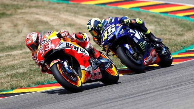 Marc Marquez berhasil mengalahkan Valentino Rossi dengan keunggulan lebih dari dua detik pada balapan MotoGP Jerman. (REUTERS/Fabrizio Bensch)