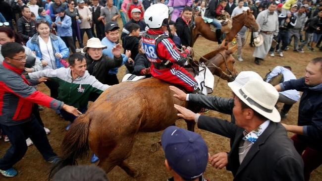 Pemerintah Mongolia juga tak inginpara joki cilik ini malah dijadikan joki berkuda untuk judi.