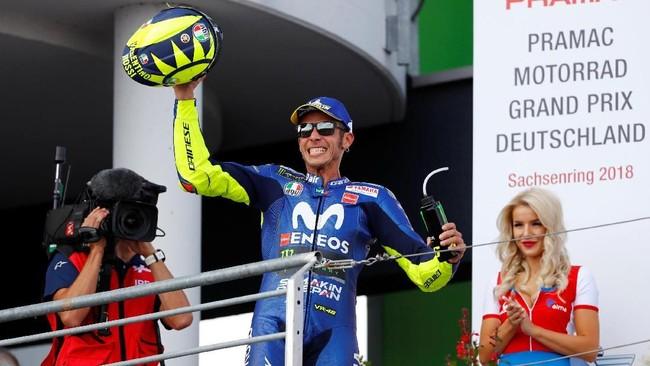 Valentino Rossi merayakan podium kedua di MotoGP Jerman. Rossi berhasil meraih finis terbaiknya di MotoGP 2018. (REUTERS/Fabrizio Bensch)