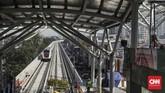 Meski secara keseluruhan progres proyek mencapai 92 persen, pembangunan stasiun-stasiun penunjang LRT baru mencapai 77 persen. (CNN Indonesia/ Hesti Rika)