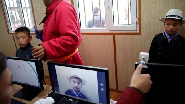 Pendaftaran joki cilik.Berkuda menjadi tradisi di Mongolia. Penduduk di sana menggunakan kuda sebagai alat transportasi utama mereka. Hingga kini para orangtua mewariskan tradisi ke anak-anak mereka.