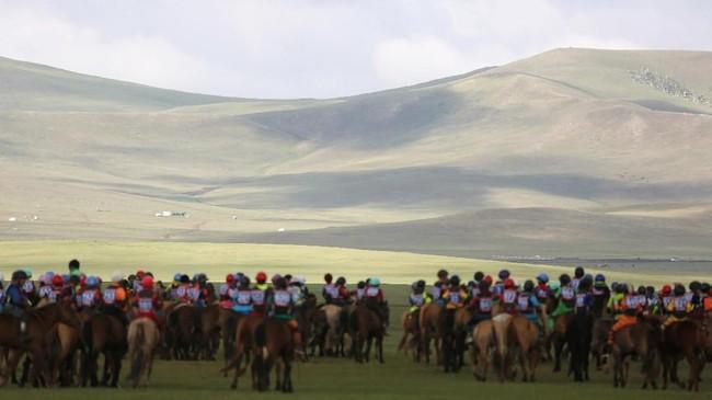 Sebanyak 338 joki cilik menjadi peserta dalam Festival Naadamakhir pekan kemarin.Dalam festival tahunan ini, pacuan kuda dengan joki cilik menjadi atraksi utamanya.(REUTERS/B. Rentsendorj)