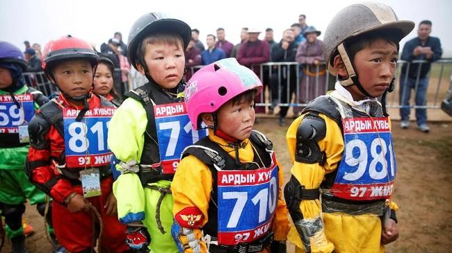 Orangtua di Mongolia mulai mengajarkan anaknya berkuda sejak usia tujuh tahun. Namun banyak orang di luar Mongolia yang merasa kalau tradisi berkuda belum cocok bagi anak kecil.