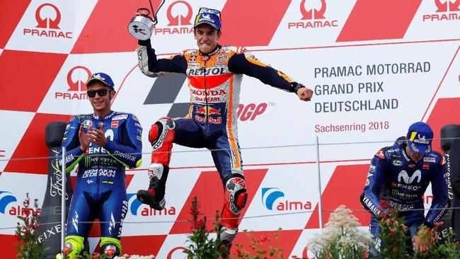 Marc Marquez merayakan kemenangan MotoGP Jerman dengan Valentino Rossi dan Maverick Vinales di podium kedua serta ketiga. (REUTERS/Fabrizio Bensch)